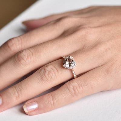 1868fcb1b Zlatý prsten se srdcovým morganitem a diamanty Rena Zásnubní prsteny s  drahokamy
