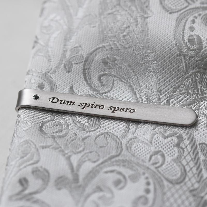 ... Stříbrná kravatová spona s černým diamantem a gravírem dle přání Deneb ee8cd15b263