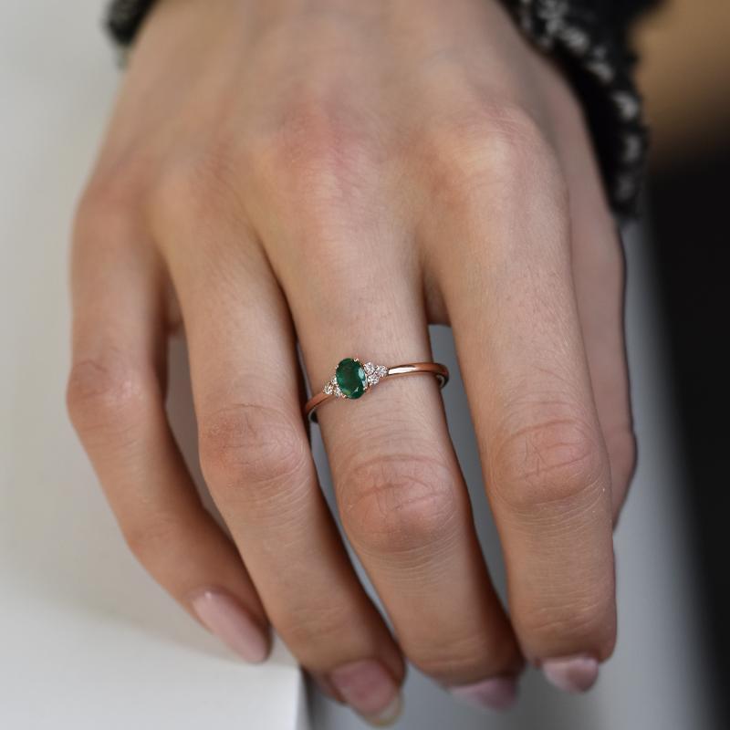 Zásnubní prsten se smaragdem a diamanty Sheldo Zásnubní prsteny se smaragdem 873ac8e96d0